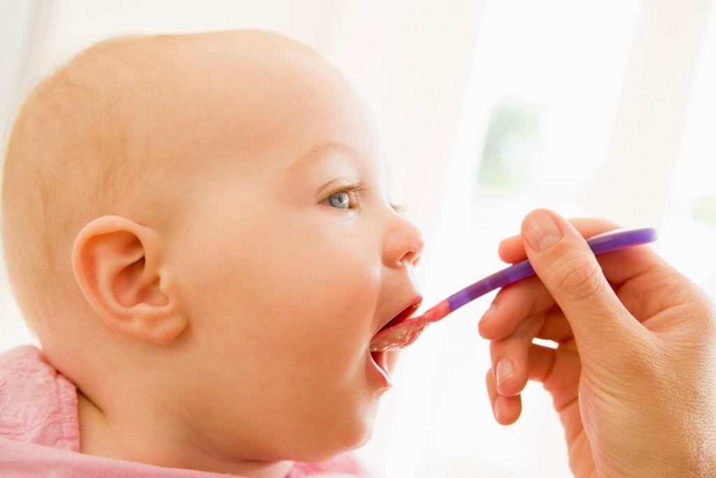 захранване бебе