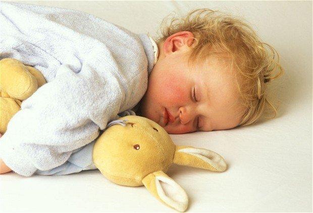 дете спи сън