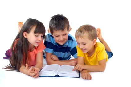 четене книги дете