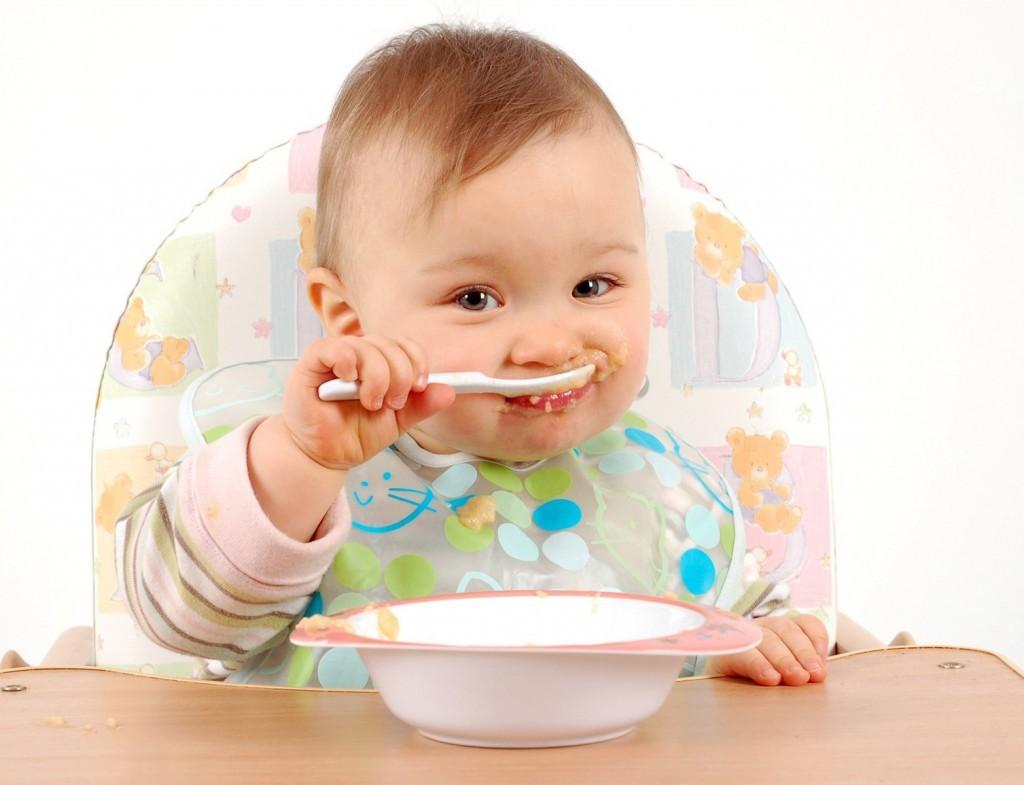 захранване бебе твърди храни