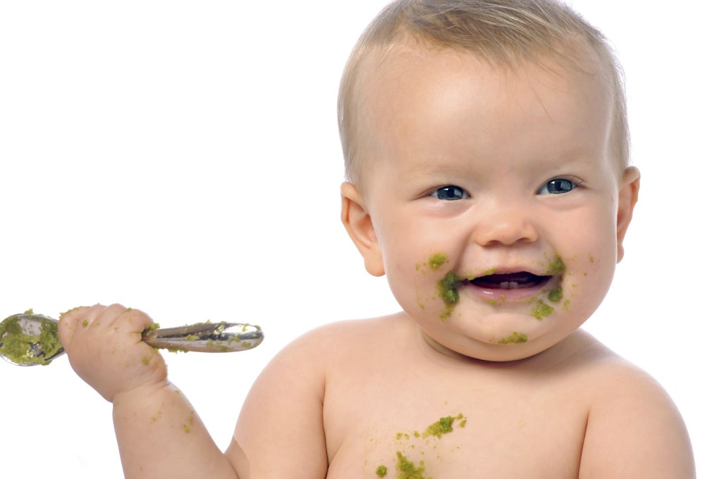 захранване бебе твърди храни2
