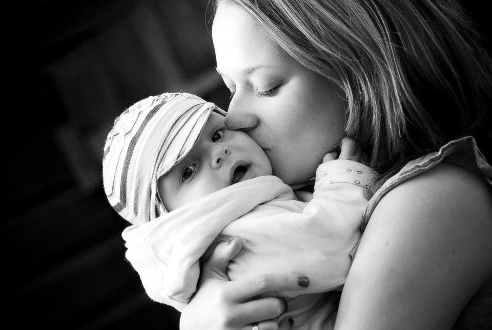прегръдка бебе мама
