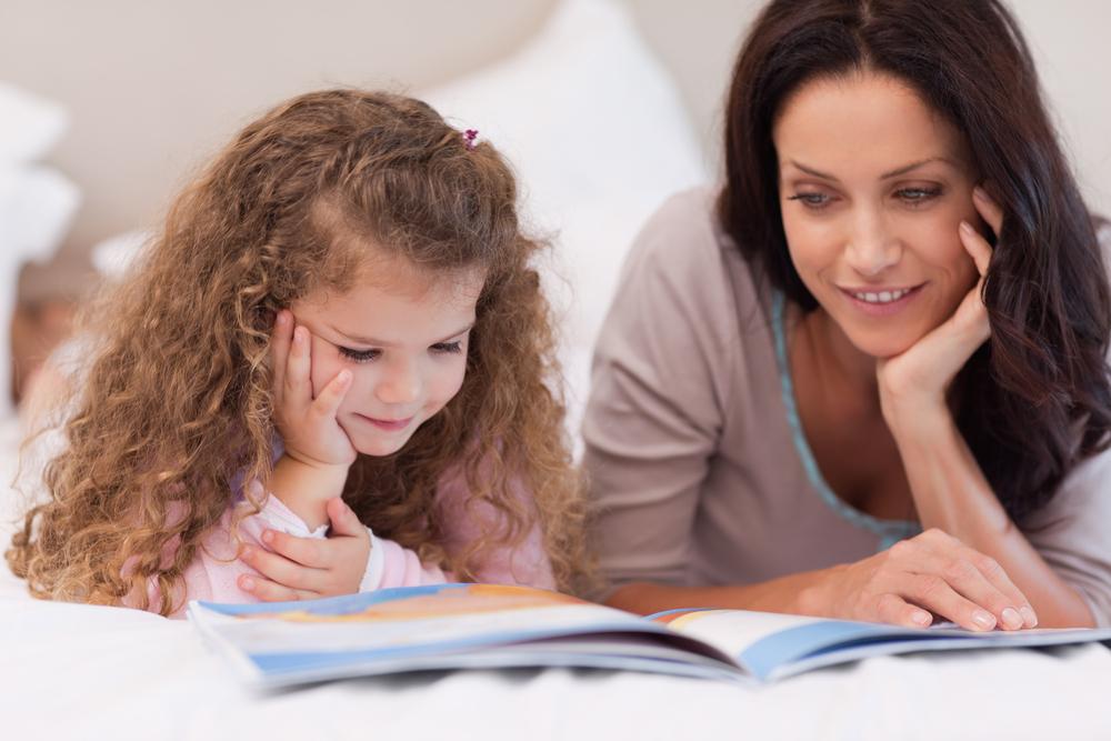 четене приказка майка дете