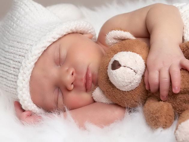 бебе сън приспиване
