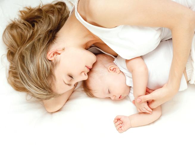 спане сън майка бебе