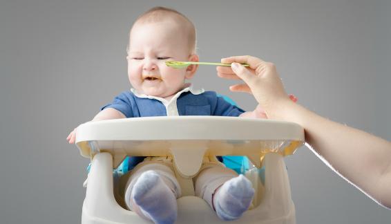 захранване бебе отказ храни