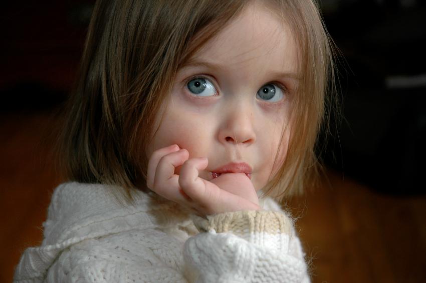 дете смукане палец