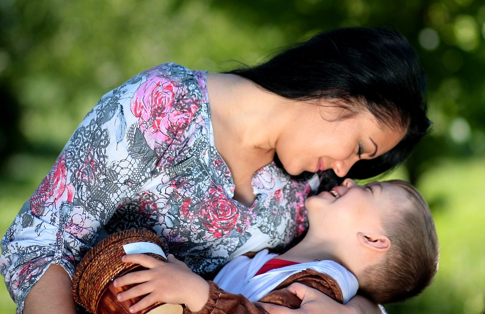 майка дете прегръдка