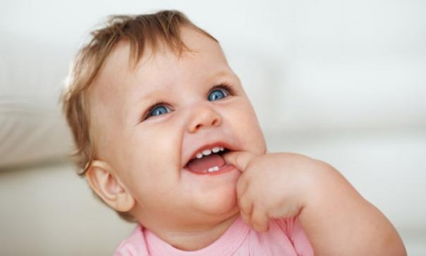 първи зъби бебе дете