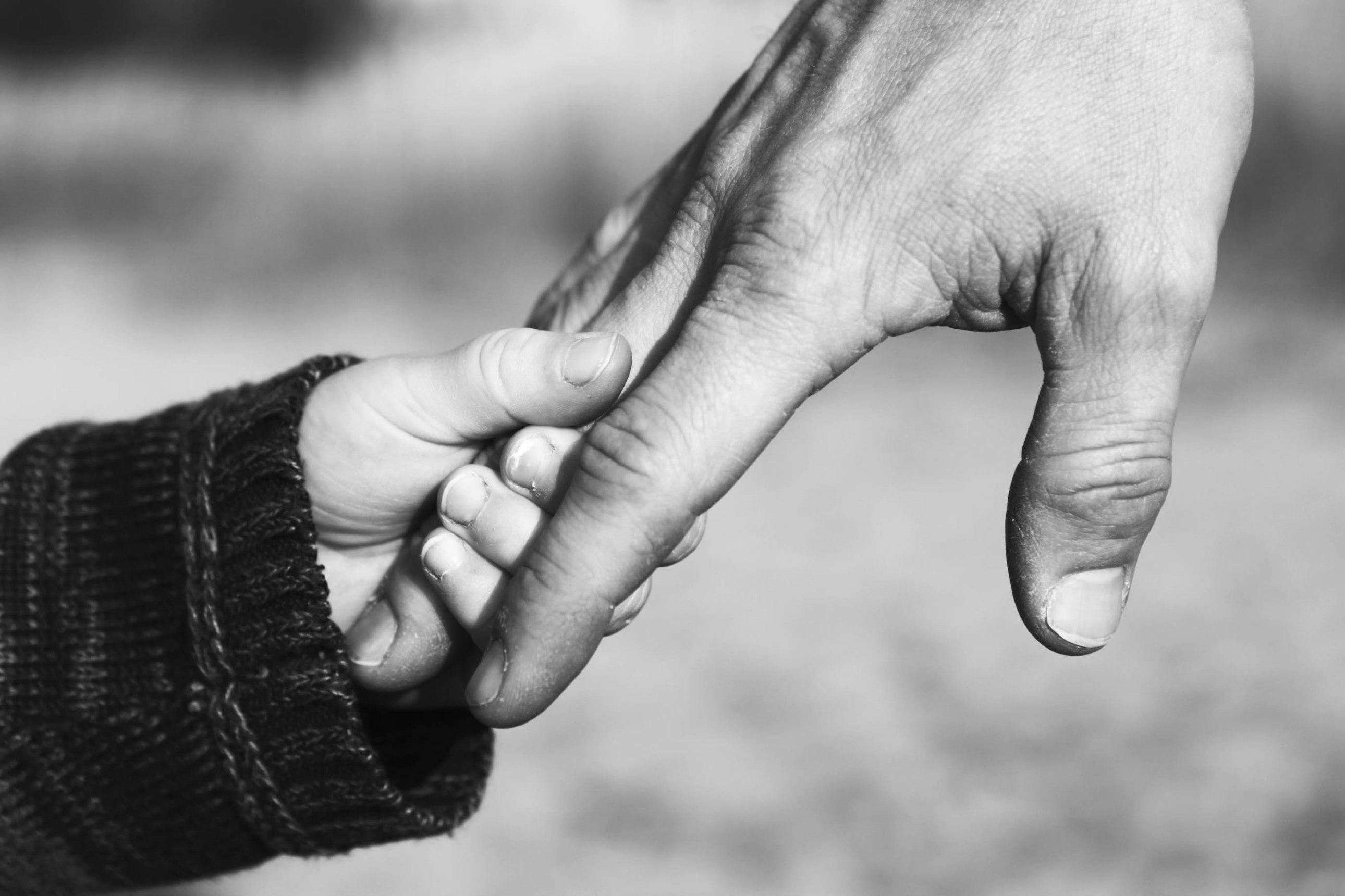 дете баща ръце