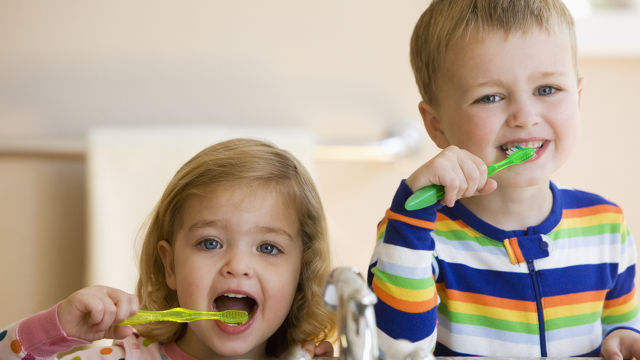 деца паста четка миене на зъби