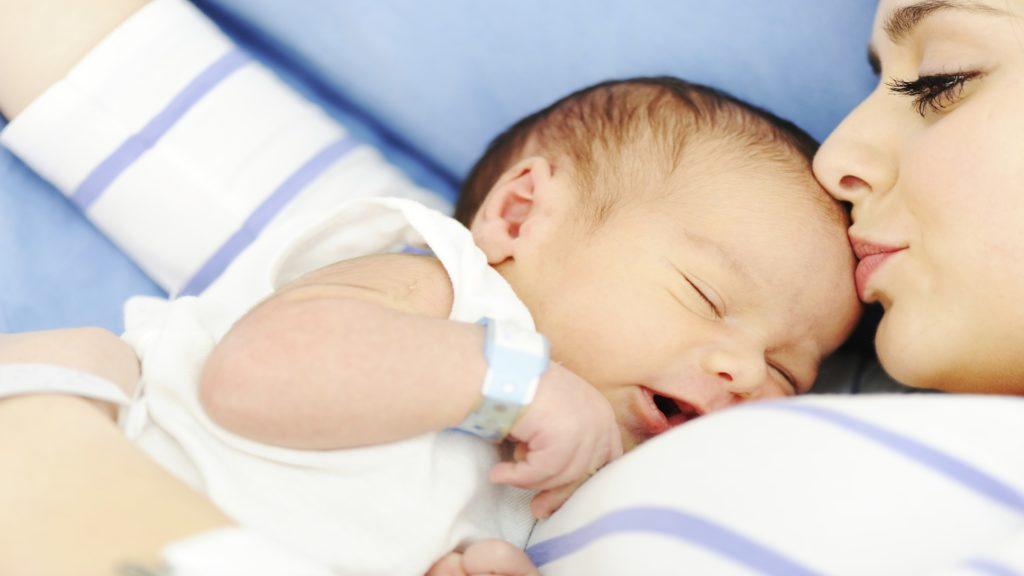 естествено раждане новородено майка бебе