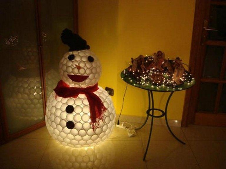 снежен човек направен от чаши