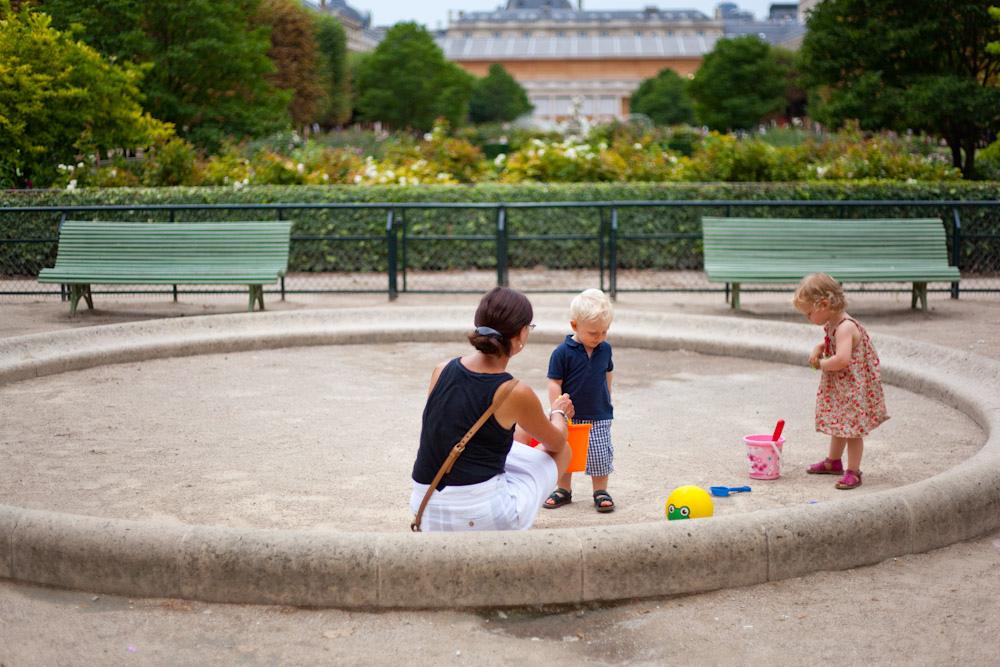 дете детска площадка майка