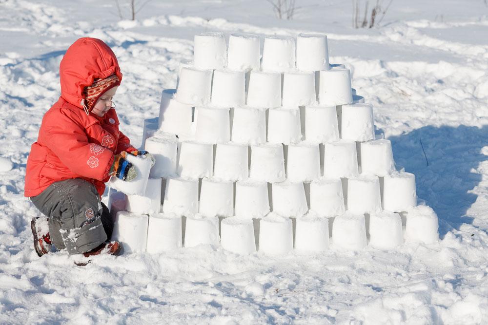 снежен замък игри в снега