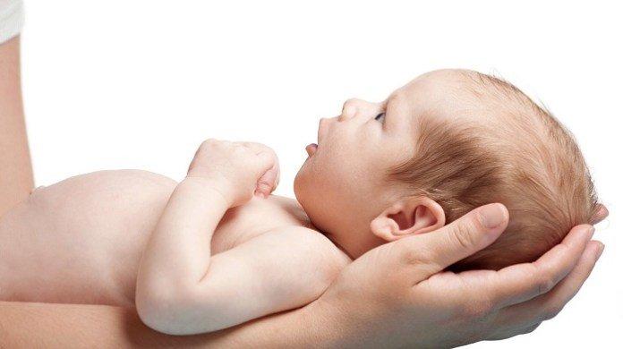 бебе придържане главичка