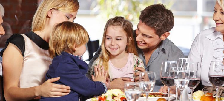 деца ресторант хранене семейство2