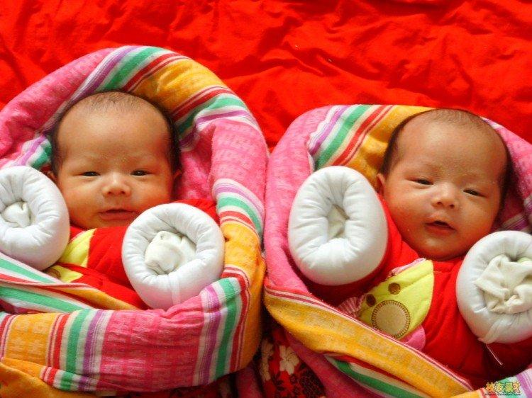 китайка близнаци различни бащи