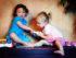 деца споделяне на играчки