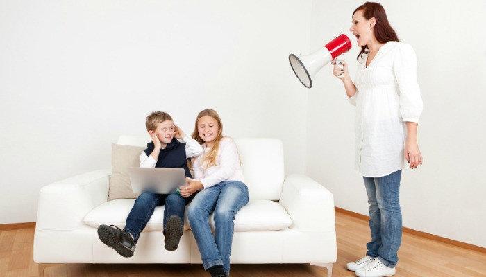 родител крещи на деца