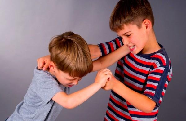 агресивно дете бой