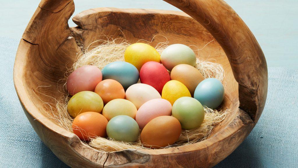 боядисване великденски яйца