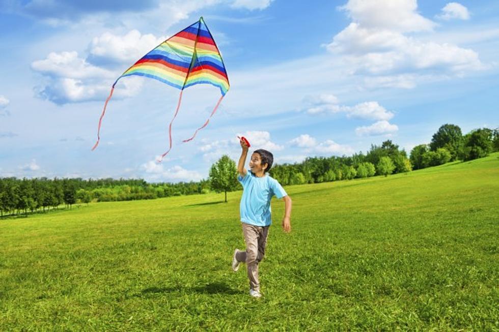 дете игри на открито навън в парка