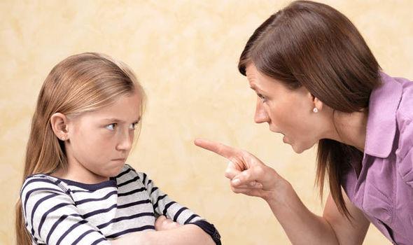 строг родители възпитание дете