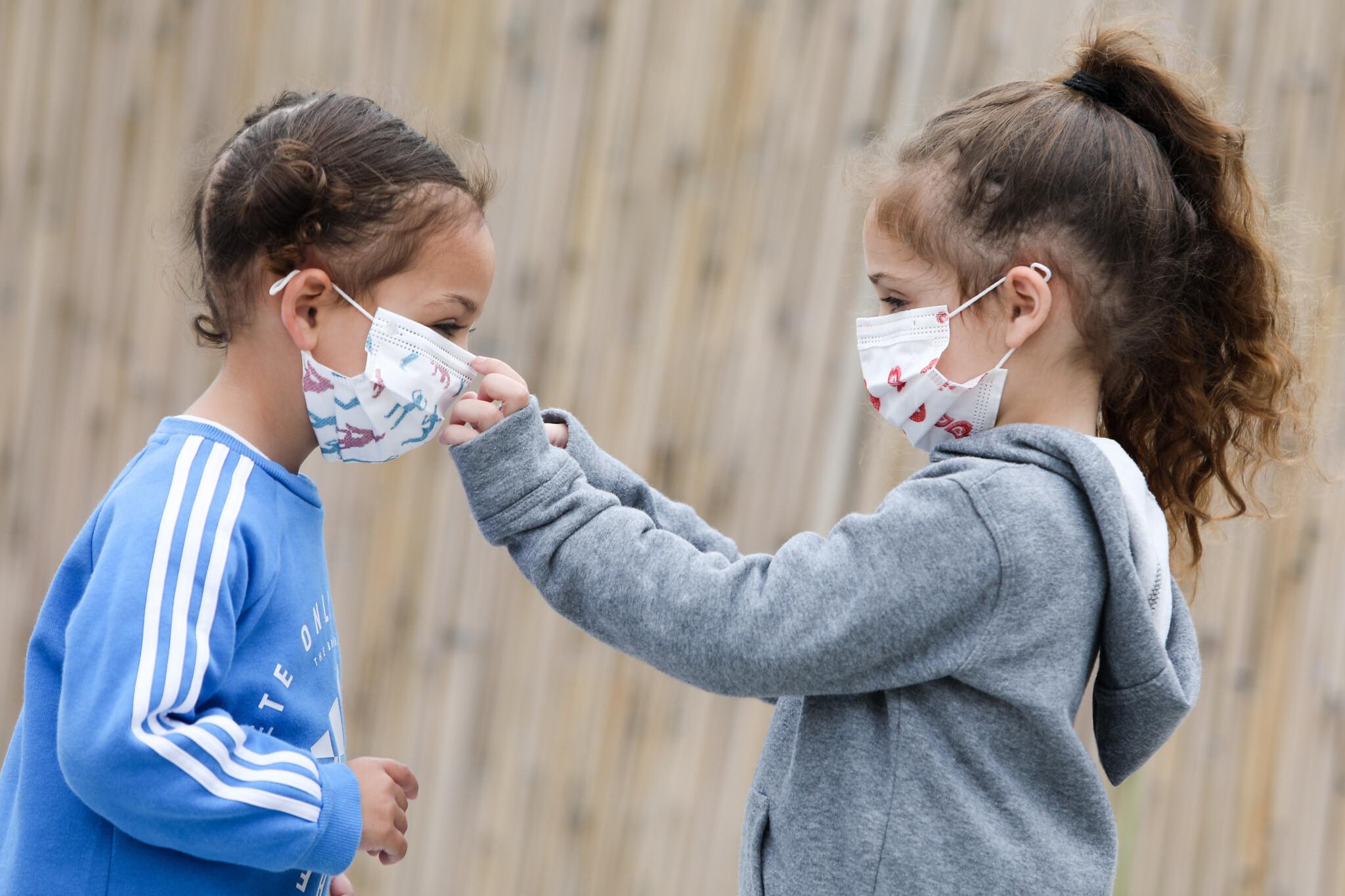 деца маски в училище